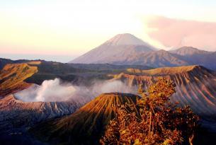 Volcanes y Templos de Java con playas de Bali