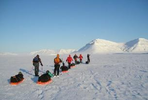Travesía con esquís y trineo de perros en grupo en Svalbard (Ártico Noruego)